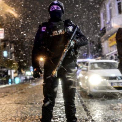 Poliisi vartioi Sultanahmetin alueella tehdyn poliisiasemaiskun vuoksi.