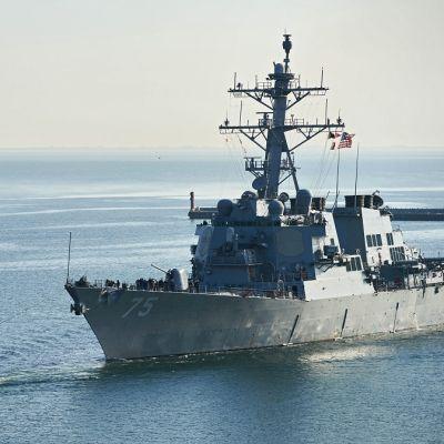 Yhdysvaltalainen ohjushävittäjä Donald Cook saapumassa Gdynian satamaan Puolassa.