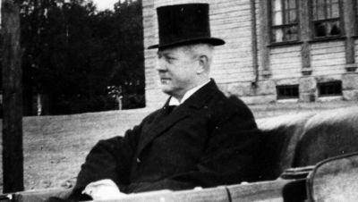 Gösta Serlachius i en öppen bil 1928