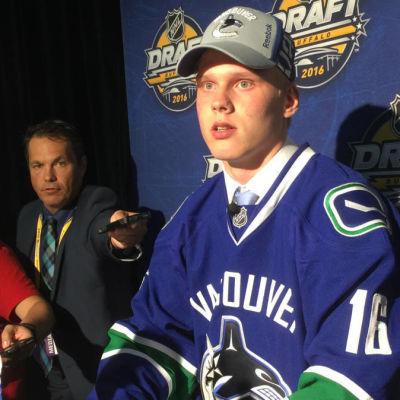 Olli Juolevi draftades av Vancouver Canucks.