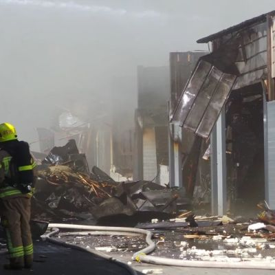 Spåren efter eldsvådan i ett affärscentrum i Eura.