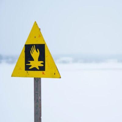 En skylt som varnar för svag is.