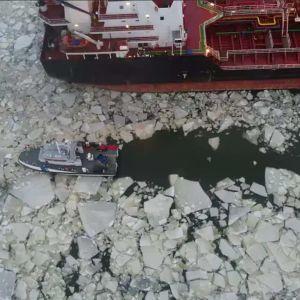 Öljyvuodon torjuntatyöt käynnissä Kilpilahden satamassa Porvoossa.