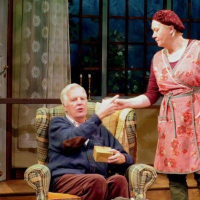 Vanhempi nainen tarjoaa näyttäölmllä kahvia vanhemmalle naiselle
