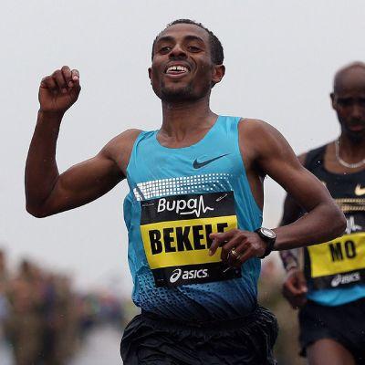 Kenenisa Bekele päihittää Mo Farahin loppukirissä.