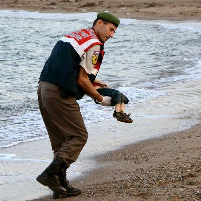 Poliisi kantaa kuollutta poikaa.