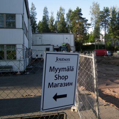 Joutsen Finlandin uuden tehtaan työmaalla on kaivinkone