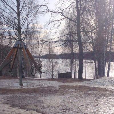 Valssi-niminen välituntilaite Siilinlahden koulun pihalla.