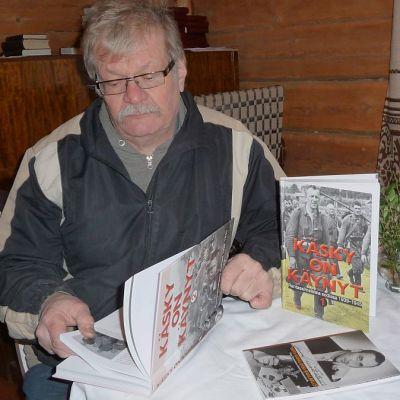Rantasalmen Rotaryklubin kirjatoimikunnan puheenjohtaja Reino Kokkonen