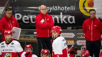 Risto Dufva bakom Sports avbytarbänk.