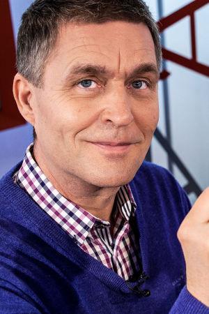 Omalääkäri Risto Laitila pitää teelusikallista suolaa toimittaja Mikko Penttilän suun edessä.