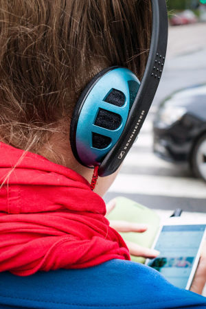 puhelin, kuulokkeet ja liikenne