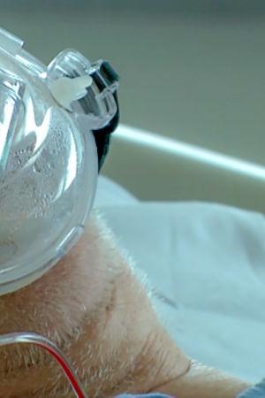 Happimaski influenssapotilaan suulla.