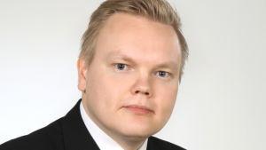 Antti Kurvinen med ljust hår och svart kostym.