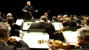 Peter Oundjian johtaa Toronton sinfoniaorkesteria.