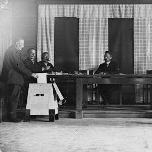 Tuusulan vanha kunnantalo, käynnissä oletettavasti kunnallisvaalit 1900-luvun alkupuolella.