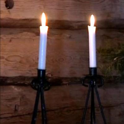 Kaksi kynttilää palaa Konginkankaan uhrien muistotilaisuudessa Saarijärven kirkossa