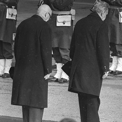 Urho Kekkonen ja Neuvostoliiton pääministeri Aleksei Kosygin kumartavat.