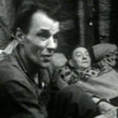 Kaksi miestä kodasssa ohjelmassa Kaamosjärven kalastajat (1969)