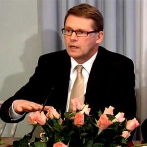 Matti Vanhanen ja Jyrki Katainen istuvat tiedotustilaisuudessa pöydän takana.