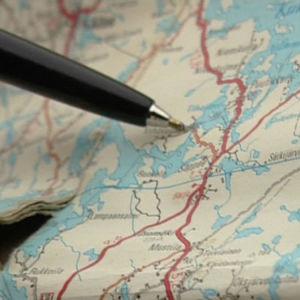 Kynä osoittaa Suomen karttaa, ohjelmasta Suomi Express (2008)