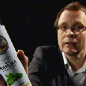 Toimittaja Heikki Ali-Hokka pitää kädessään basilikasuihketta.