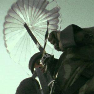 Everstiluutnantti Jokela hyppää viimeisen laskuvarjohyppynsä.