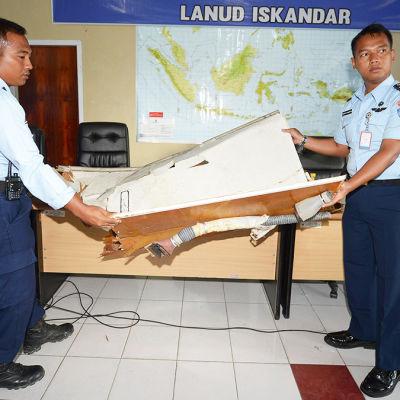 Indonesiska myndigheter förevisar vrakdelar från störtat plan