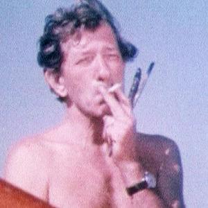 Taidemaalari Nándor Mikola tupakoi siveltimet kädessään Valassaaressa.