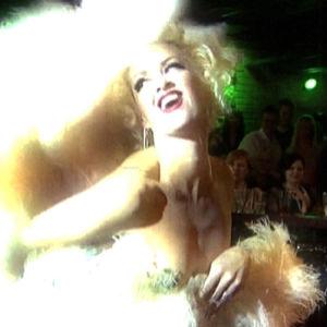 Burleskitaiteilija Kitten de Ville esiintyy, ohjelmasta Puoli seitsemän (2011)