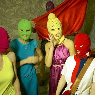 Pussy Riot -ryhmä poseeraa värikkäät kommandopipot päässään.