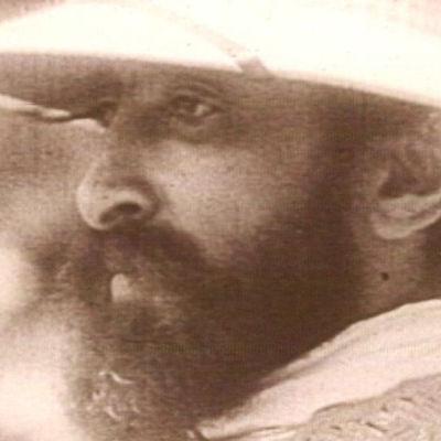Keisari Haile Selassie sivuprofiilissa korkkihattu päässään.