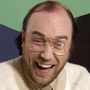 Näyttelijä Pertti Sveholm nauraa Studio Studio -ohjelman sketsissä.