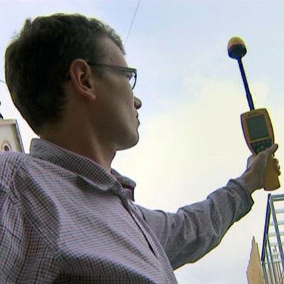 Mies mittaa sähkömagneettista säteilyä, ohjelmasta Silminnäkijä (2012)