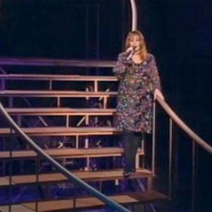 Seija Simola laulaa studion lavasteportaissa
