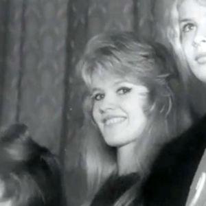 Suomen Brigitte Bardot -kilpailun osanottajia, keskellä voittaja Anita Rindell .