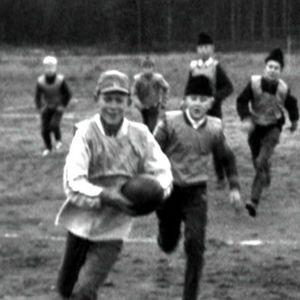 Lapset pelaavat soikkopalloa