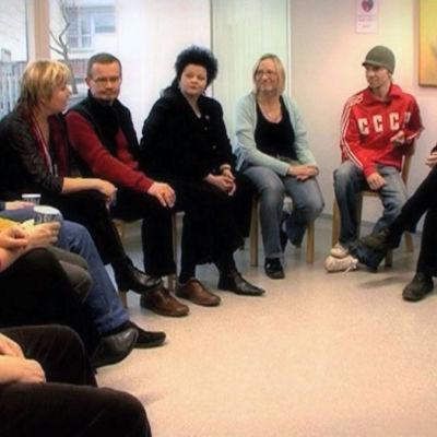 Nuoret lesket ry:n jäsenet tapaavat, ohjelmasta Elämä pelissä: onnellisuuden salaisuus (2009)