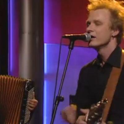 Ismo Alanko Säätiö esiintyi Linnunradan pianobaari -ohjelmassa.