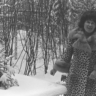 Eila Hiltunen lumisessa metsässä