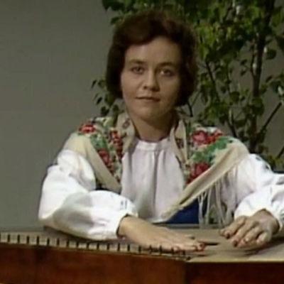 Helka-neito runoili Kielletty lapsilta -ohjelmassa.