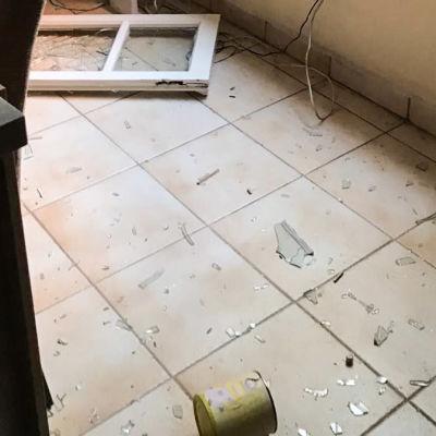 Glassplitter på ljust stengolv efter en explosion
