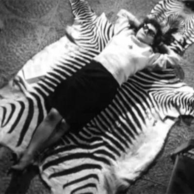Eeva-Liisa Manner lepää kotonaan seeprataljalla 1968.