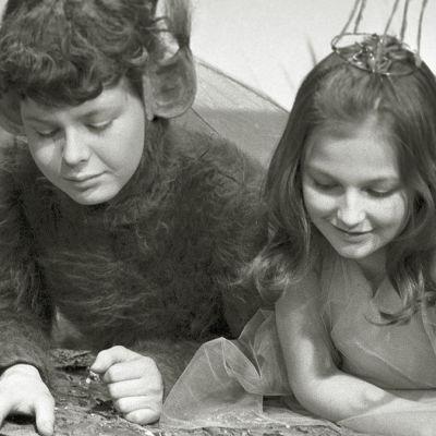 Ilkka Liikanen ja Aila Kahilainen lastenteatterin näytelmässä Pessi ja Illusia (1965)