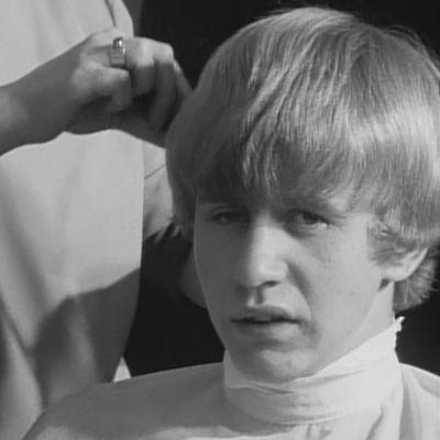 Nuori mies parturissa 1960-luvulla