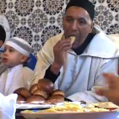 Muslimit viettävät Id al-fitr -juhlaa Marokossa, ohjelmasta Basaari: Ramadan (2004)