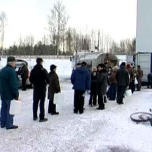 Ihmiset jonottavat vettä Nokialla vesikriisin aikaan joulukuussa vuonna 2007.