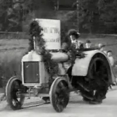Koristeltu traktori traktorikulkueessa Kokkolasta Helsinkiin 1925.