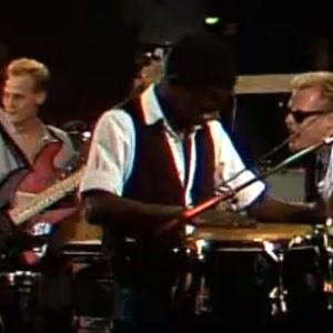 Piirpauke-yhtye esiintyy vuonna 1984.