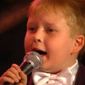 Tenavatähti-kisasta tutuksi tullut Timo Turunen laulaa ohjelmassa Katri Helenan äitienpäiväkonsertti (1993)